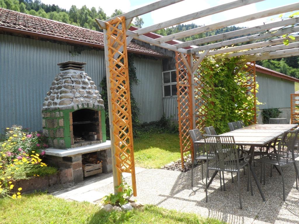 Salon de jardin commun avec barbecue